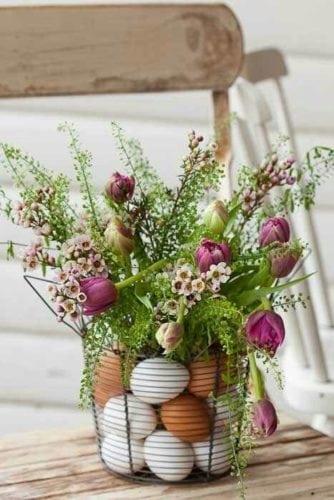 Inspiração e super dicas para a sua decoração de Páscoa. Arranjo de flores usando ovos de galinha no vaso