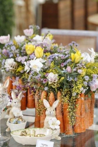 Decoração de Páscoa, arranjo de flores com cachepot feito de cenouras.