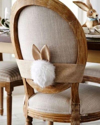 Decoração de Páscoa, cadeira enfeitada com orelhinhas .