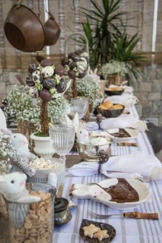 Inspiração e super dicas para a sua decoração de Páscoa. Mesa de almoço de Páscoa cheio de coelhinhos decorando