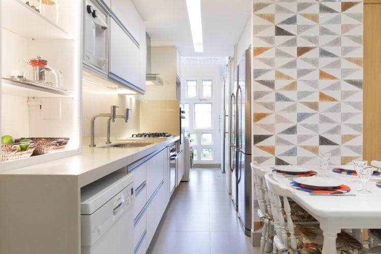 Antes e depois de uma cozinha. Projeto Paula Werneck. Foto do depois , cozinha reformada