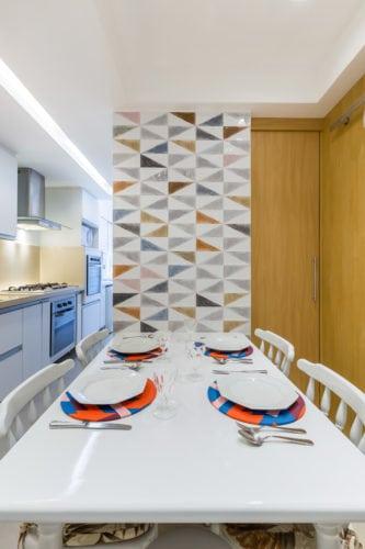 Antes e depois de uma cozinha. Projeto Paula Werneck. Foto do depois, mesa da copinha já reformada.