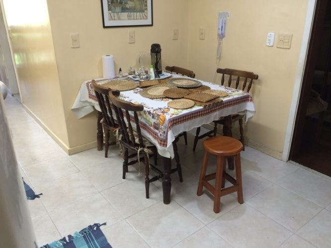 Antes e depois de uma cozinha. Projeto Paula Werneck. Foto do depois, espaço da mesa na copinha.