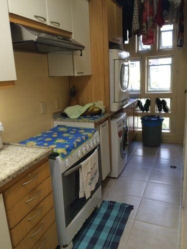 Antes e depois de uma cozinha. Projeto Paula Werneck. Foto do antes, área de serviço