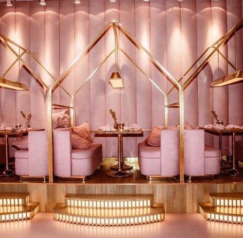 Restaurante MaMa kelly em Amsterdã decorado todo em Pink, com detalhes em dourado. Mesas laterais mais altas.