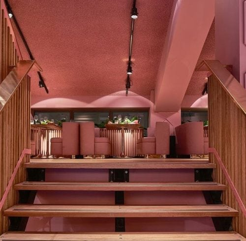 Restaurante MaMa kelly em Amsterdã decorado todo em Pink, inclusive com o teto pintado de Rosa;