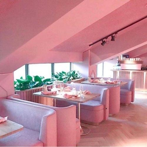 Restaurante MaMa kelly em Amsterdã decorado todo em Pink, inclusive teto e paredes pintados dessa cor.