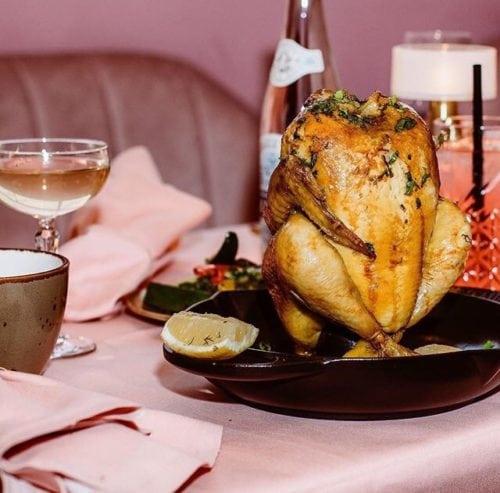 Restaurante MaMa kelly em Amsterdã decorado todo em Pink, Foto de uma das especialidades da casa , além da lagosta , frango.