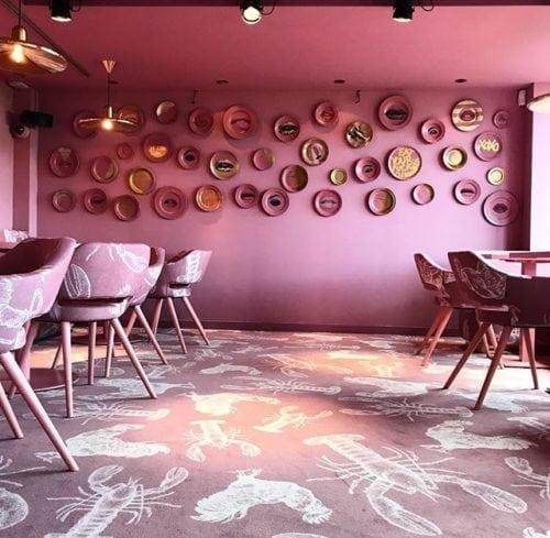 Restaurante MaMa kelly em Amsterdã decorado todo em Pink, carpete Rosa com estampa de frango e lagosta , especialidade da casa.