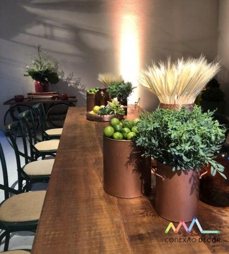Decoração de Anna Carolina Werneck no novo espaço de eventos no Rio .Espaço EXC.RIO, arranjo de centro de mesa com limão, trigo e arruda
