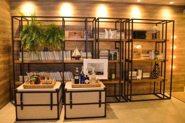 estante com painel de madeira assinada pela Beta Arquitetura, para a Mostra Artefacto Rio 2018, em exibição.