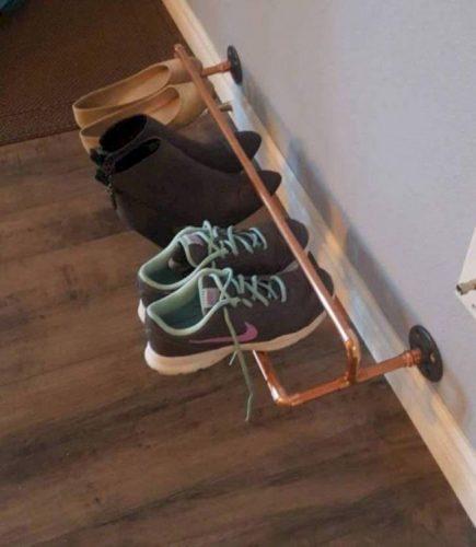 Sapateira para a porta de entrada, canos sobrepostos para deixar os sapatos