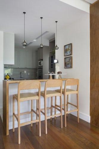 cozinha do apartamento assinado por Bianca da Hora no Humaitá