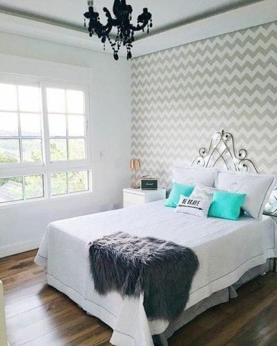 Estampa Chevron na decoração. Estampa em zig e zag cinza claro na parede da cama.