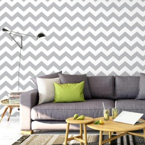 Estampa Chevron na decoração. Estampa zig e zag cinza na parede de fundo do sofá.