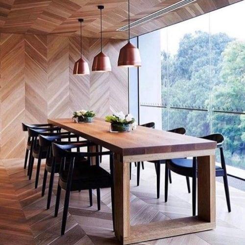 Paginação espinha de peixe ou chevron. No piso, parede e teto. Exemplo contemporâneo.