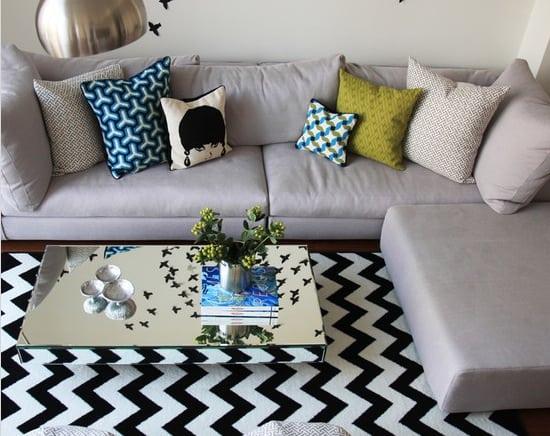 Estampa Chevron na decoração. Sala com sofá cinza e tapete zig e zag preto e branco, estampa Chevron