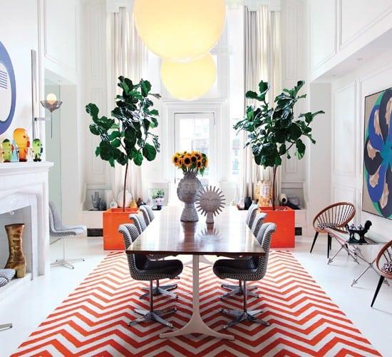 Estampa Chevron na decoração. Sala de jantar clássica com tapete em zig zag vermelho, estampa Chevron