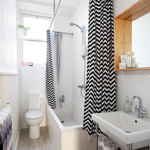 Estampa Chevron na decoração. Cortina do box do banheiro zig zag em preto e branco , estampa chevron
