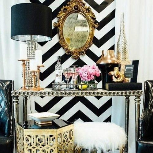 Estampa Chevron na decoração. Parede de fundo do bar em preto e branco com estampa zig zag , conhecida como chevron.
