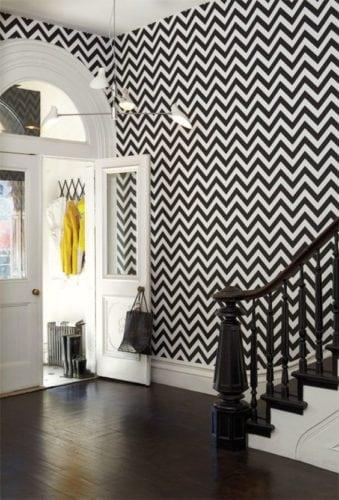 Estampa Chevron na decoração. Hall de entrada com as paredes revestidas com paepl em zig e zag preto e branco