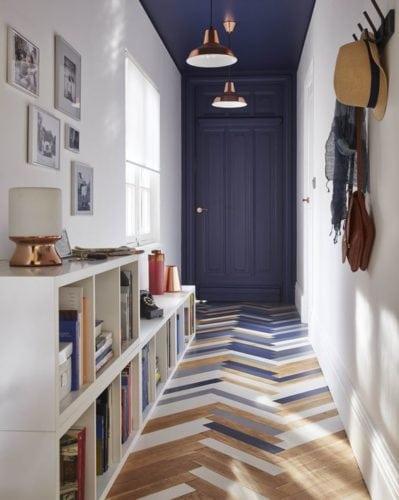 Paginação espinha de peixe ou chevron. Mistura de cores no piso do corredor.