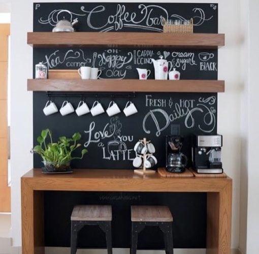 Inspirações para decorar usando lousa. Cantinho do café, parede toda em lousa , para decorar.