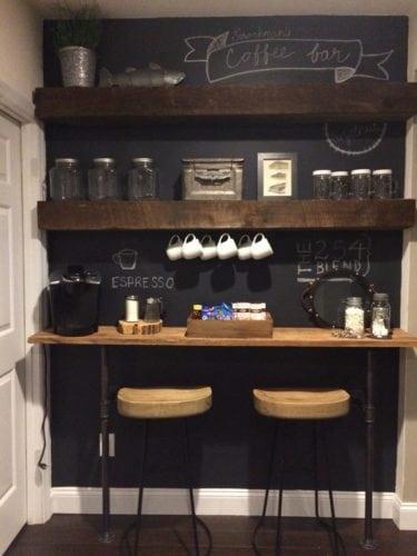 Inspirações para decorar usando lousa.Cantinho do café, parede toda em lousa com desenhos para decorar.