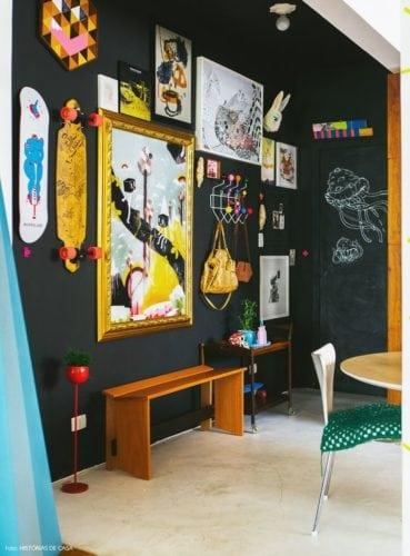 Inspirações para decorar usando lousa. Parede da sala em lousa com decoração super personalizada.