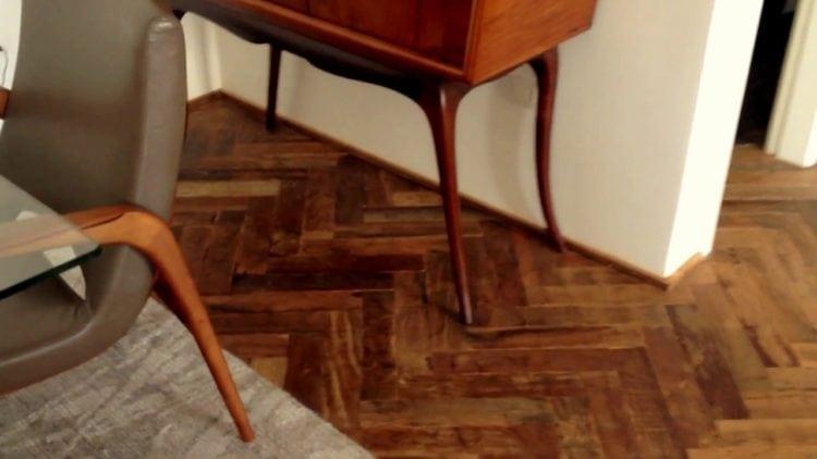 Paginação espinha de peixe ou chevron. Exemplo clássico com tacos no piso.