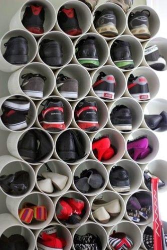 Organizando os sapatos no tubo de PVC.