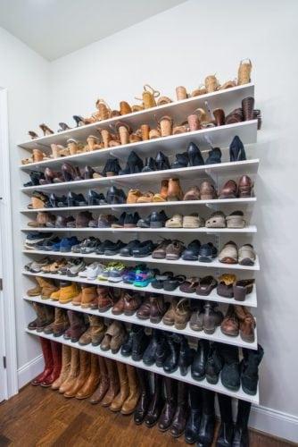 Arrumação de sapatos, prateleiras fininhas foro do armário. Sapatos expostos assim, ficam arejados.