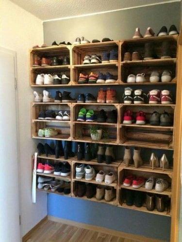 Arrumando os sapatos. Usando os caixotes no melhor estilo DIY.