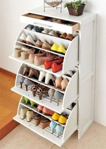 Arrumando os sapatos, móvel pequeno e pratico. Cabe em qualquer cantinho,