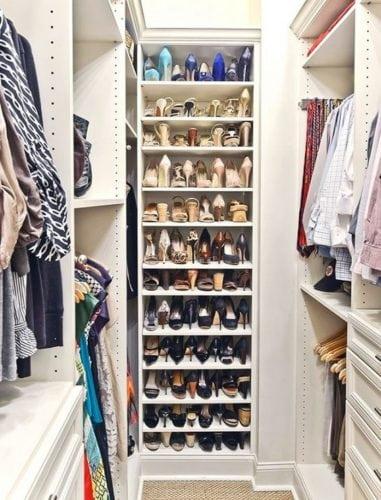 Arrumando os sapatos na sapateira dentro do closet.