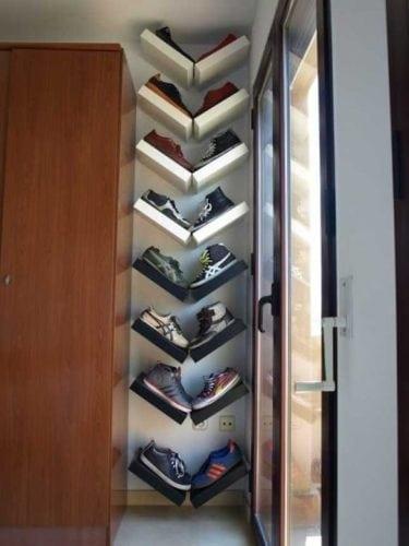 """Inspirações para arrumar os sapatos, prateleiras no cantinho """"morto"""", entre o armário e a janela."""