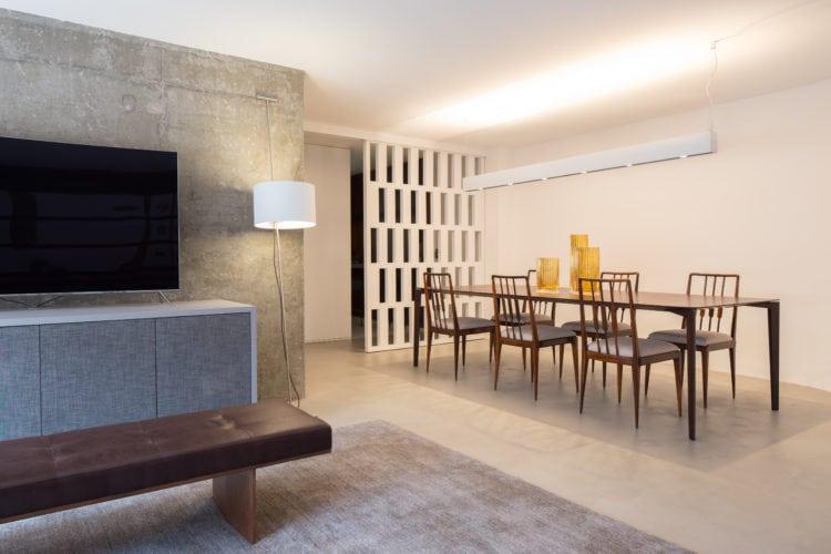 Apartamento pratico e sem excessos nos Jardins. Painel vazado na sala de jantar
