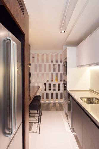Apartamento pratico e sem excessos nos Jardins..Cozinha com painel vazado , entre ela e a sala de jantar