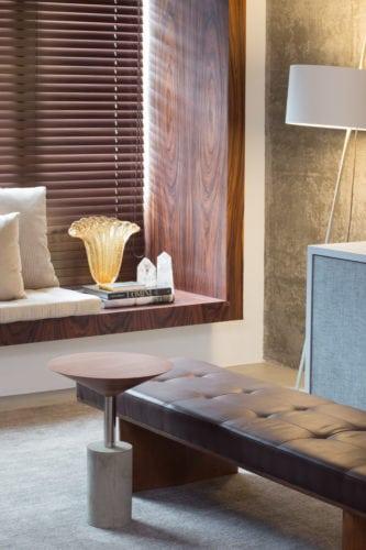 Apartamento pratico e sem excessos nos Jardins. Caixa em madeira contornando a janela.