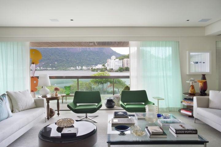 sala com poltronas verdes no apartamento-na-Lagoa-assinado-pelo-arquiteto-FRANCISCO-VIANA