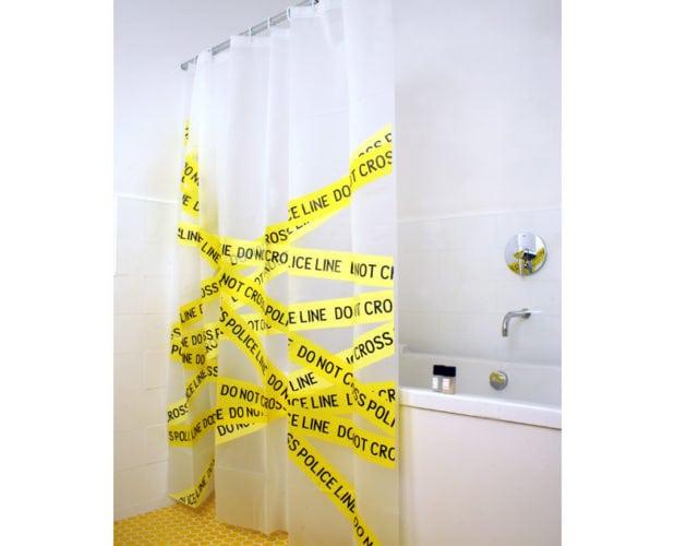 cortina de banheiro imitando uma cena policial