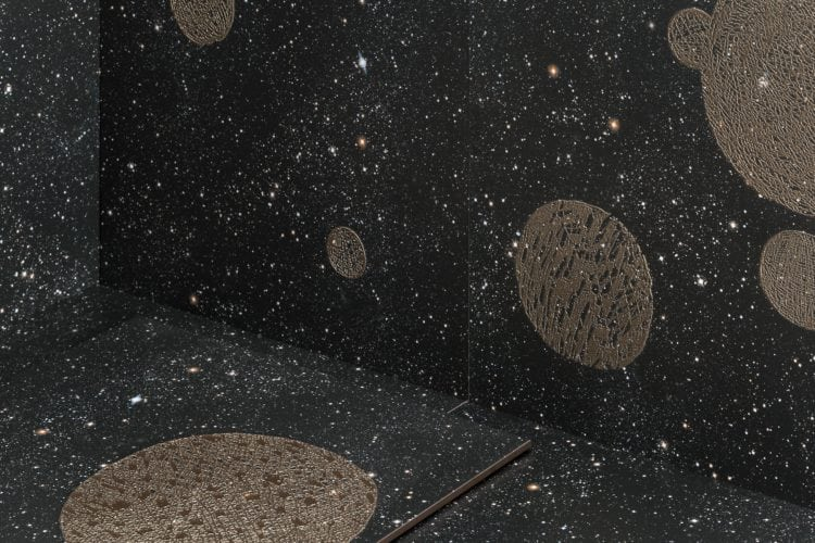 Noites estreladas e cinema inspiram coleção dos Irmãos Campana para marca de revestimentos cerâmicos. Porcelanato com fundo preto e estampado com estrelas e planetas.