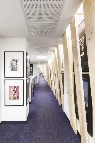 corredor com carpete roxo da Vogue Itália