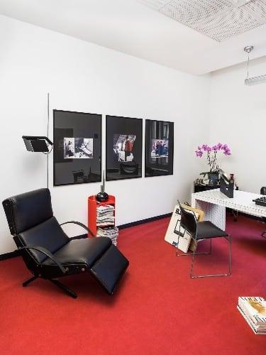 O negociante de arte Michael Bargo cobriu os escritórios de beleza em campanhas de publicidade vintage e frascos de perfume clássicos na Vogue Italia