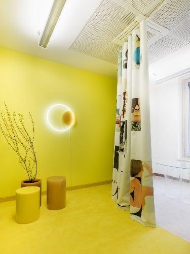 Sabine Marcelis, com sede em Roterdã, transformou o escritório do diretor de criação em duas seções divididas por uma cortina no escritorio da Vogue