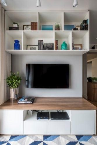 Estante com tv do apartamento assinado pelo SP Estudio