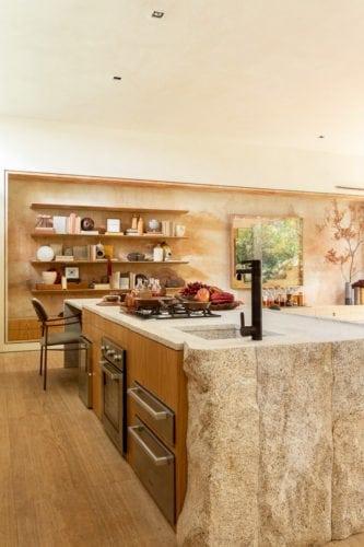 """""""Casa da Árvore"""" na mostra CASACOR SP 2018, Suite arquitetos. Bancada da cozinha em pedrão sabão. Elementos naturais na decoração."""
