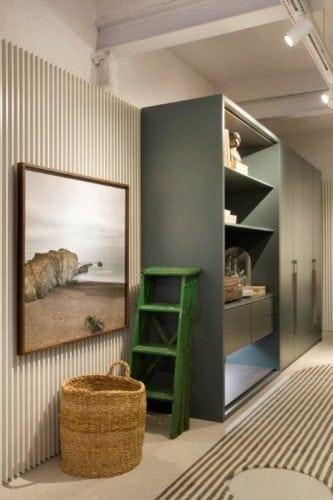 CASACOR SP: Ambiente Léo Shehtman, Casa dos arcos. Vigas no teto, trilho com spots na iluminação e paredes revestidas