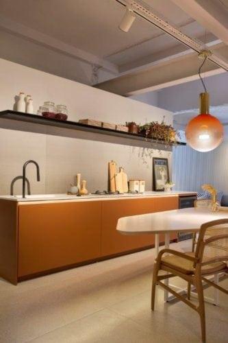 CASACOR SP: Ambiente Léo Shehtman, Casa dos arcos. Pontos de dourado na decoração e trilho de spots no teto.