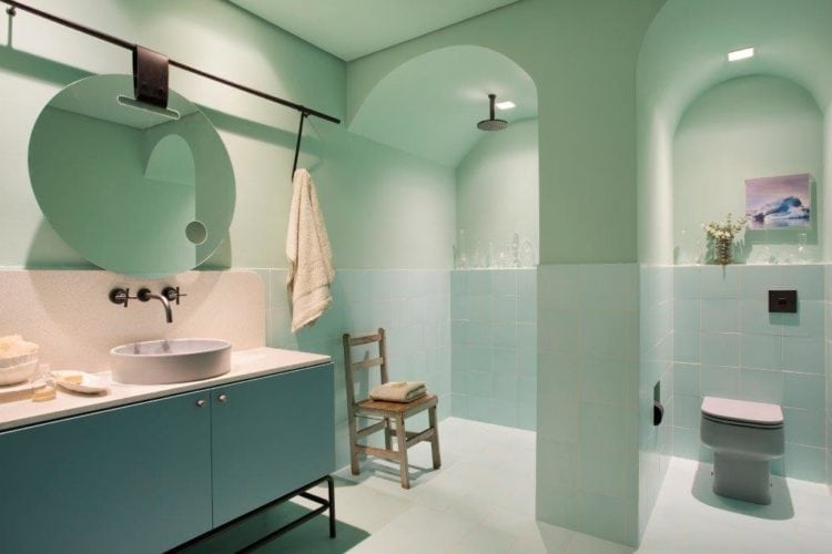 CASACOR SP: Ambiente Léo Shehtman, Casa dos arcos. Banheiro todo pintado em cor de verde clarinho e arcos na parede.